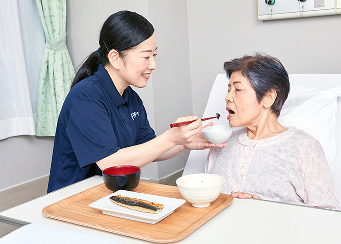 病室内の食事の介護